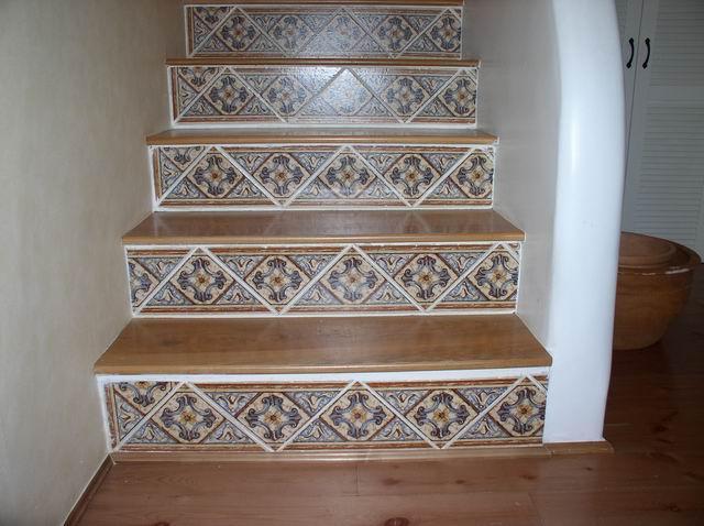 别墅楼梯墙面贴瓷砖